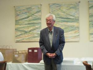 ホールインワン記念の挨拶をする佐藤 健先生「皆さんのお陰です。」・・この後、医師会からも記念カップを贈呈。